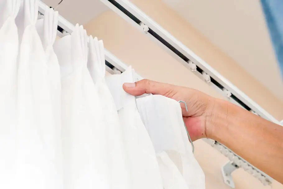 colocación de cortinas
